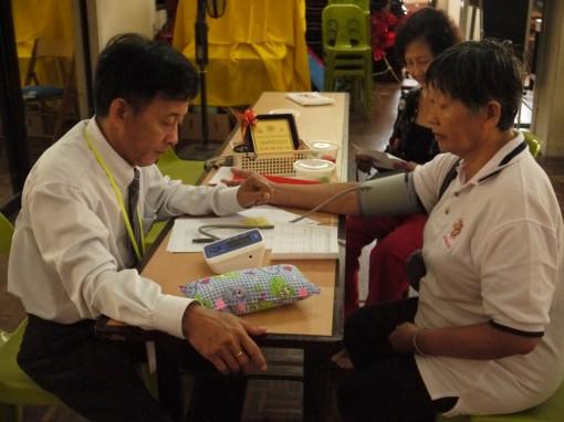 未看诊前,由陈医师为前来看诊的病黎量血压。