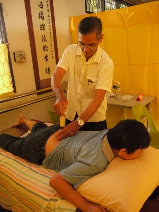 黄南基医师为病黎拔罐时影。