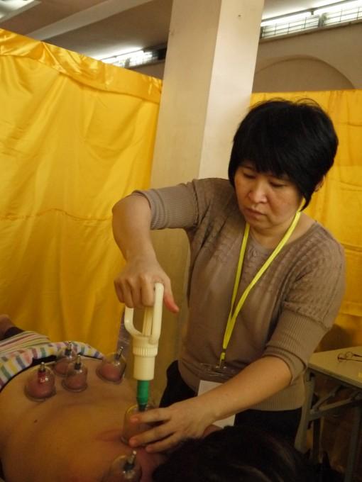 蔡舍芳医师为病人拔罐。