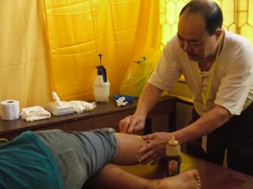 刘云茂医师为病黎推拿时影。
