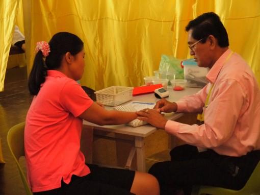 张秀芳医师为病黎把脉。