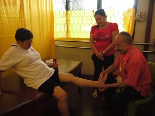 刘锦精医师为病黎推拿时影。
